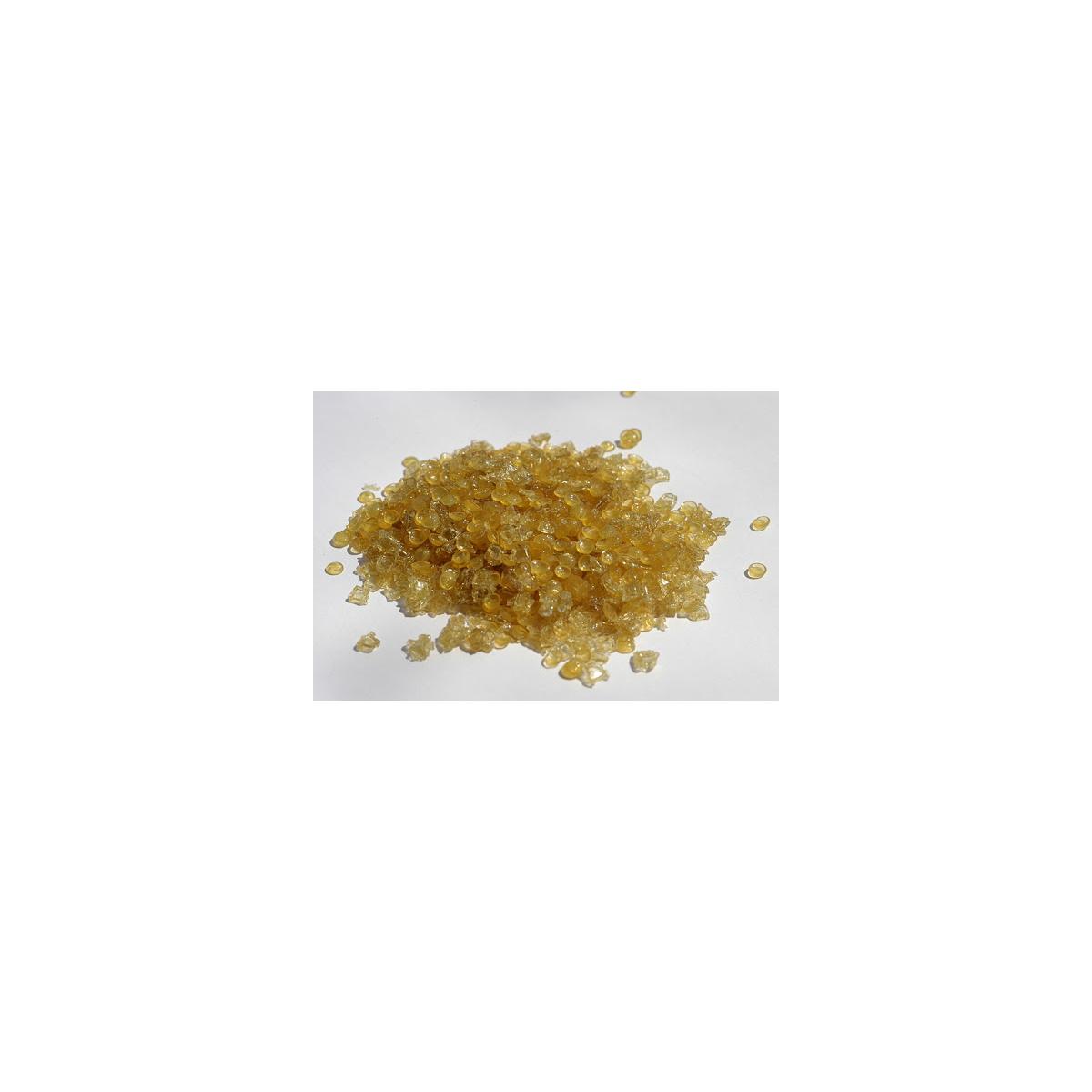 Cola de conejo en forma granulada de color dorado.  Se estrae del colageno de la piel y huesos de conejo, utilizada desde hac